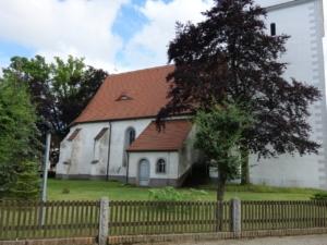 Ansicht der Fassade vom Kirchenschiff – Blick vom Mühlenweg am 7.7.21